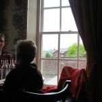 let op het Glavelmore house door het raam