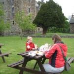 picknicken in een kasteeltuin